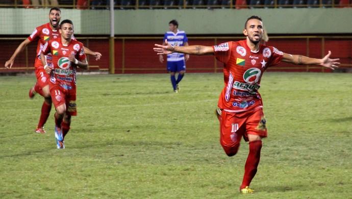 Evandro Russo, meio-campo do Rio Branco, comemora gol (Foto: João Paulo Maia)