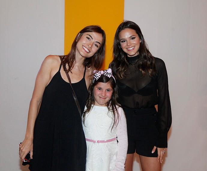 Maria Casadevall e Bruna Marquezine posam com a filha de Mario Teixeira (Foto: Artur Meninea/Gshow)