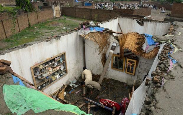 Moradores trabalham em casa destruída por enchente no Paquistão nesta segunda-feira (27) (Foto: A Majeed/AFP)