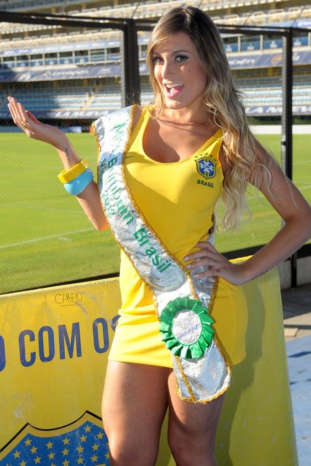 Andressa Urach usa vestido com o escudo da CBF (Foto: Francisco Cepeda/Agnews)