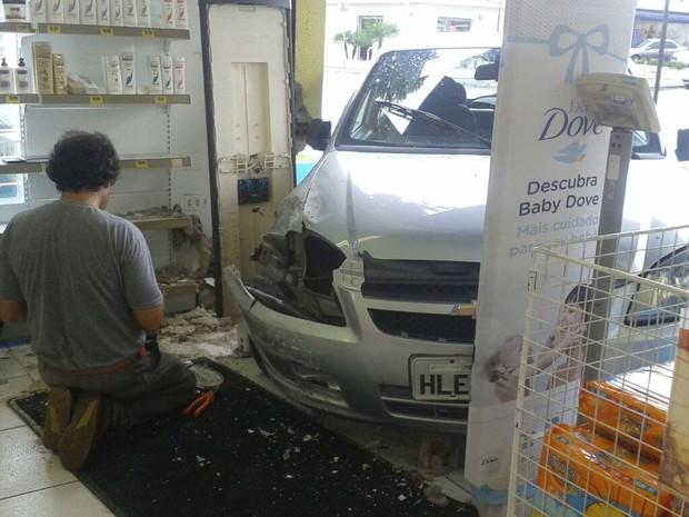 Acidente aconteceu no bairro Cajuru na tarde desta quinta-feira (5) (Foto: Adriana Justi / G1 PR)