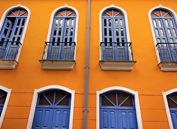 """A parte externa também merece cores novas. Na casa do engenheiro florestal Milton Kanashiro, a fachada abóbora e azul é ponto de referência no centro de Belém. """"Depois que pintei, vários vizinhos fizeram o mesmo. Acho que inspirei pessoas"""", diz (Foto: Rogério Voltan)"""