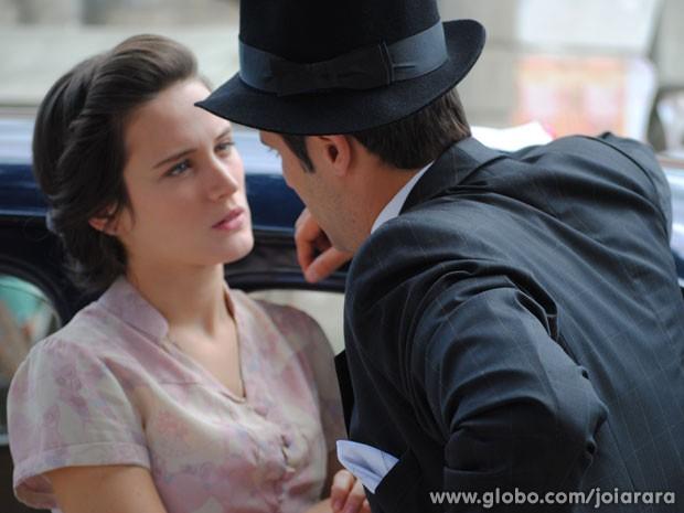 Franz se declara para Amélia e os dois quase se beijam (Foto: Joia Rara/ TV Globo)
