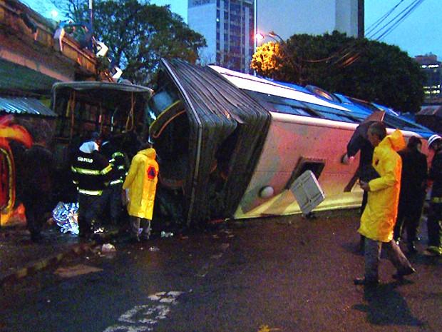 Ônibus do transporte público em Campinas despencou de viaduto no Centro (Foto: Reprodução EPTV)