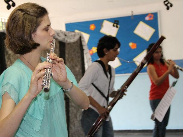 Trio de solistas da orquestra do Theatro Municipal toca para alunos da Escola Municipal República da Colômbia (Foto: Divulgação/Alessandra de Paula)