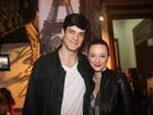 Mateus Solano e a mulher prestigiam estreia de peça no Rio