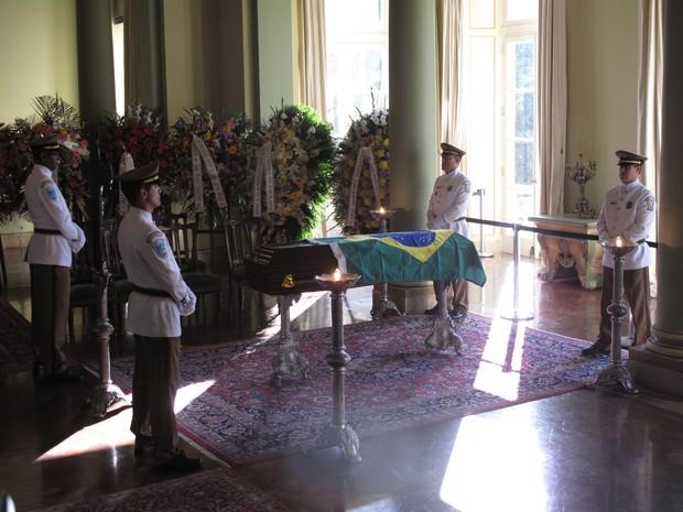 Caixão de Oscar Niemeyer foi coberto com a bandeira do Brasil no velório no Palácio da Cidade, no Rio (Foto: Henrique Porto/G1)