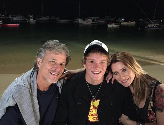 Marcello e Letícia posam com o filho, Pedro. Ele deu força para os pais atuarem juntos novamente (Foto: Editora Globo)