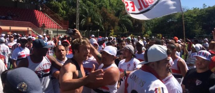 Maicon cobra apoio de invasores no Morumbi; Lugano alerta: