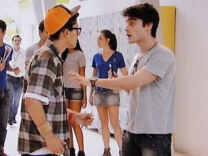 Vitor fica bolado com a câmera de Orelha e os dois se estranham na escola (Foto: TV Globo)