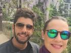 Luana Piovani curte passeio romântico com marido nas férias