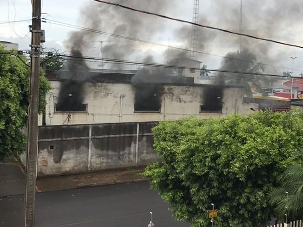 Prédio pegou fogo, mas está desativado (Foto: Arquivo Pessoal)