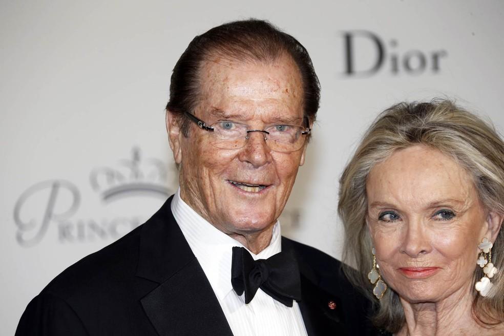 Roger Moore posa acompanhado de sua mulher, Cristina Tholstrup, na chegada para a festa de gala do Princess Grace Awards em Mônaco, em setembro de 2015 (Foto: Valery Hache/AFP/Arquivo)