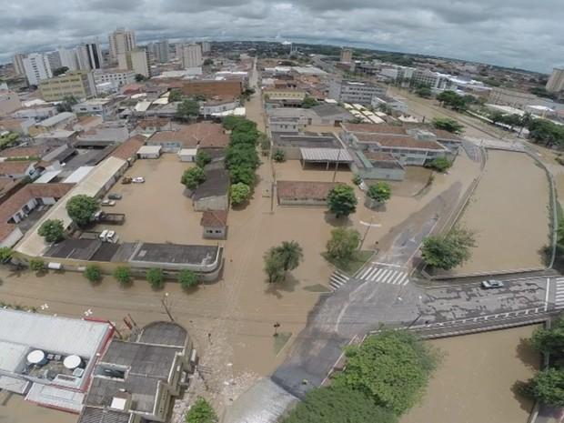 Imagem aérea mostra alagamento próximo ao rio (Foto: Reprodução/TV TEM)