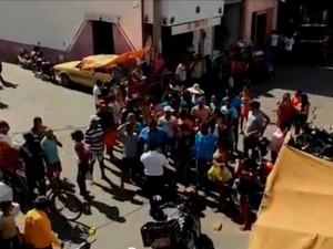 Imagem do prefeito de Cedro que jogou dinheiro para a população (Foto: Reprodução/Youtube)