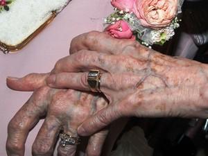 Vivian Boyack e Alice Dubes exibem suas alianças após o casamento (Foto: AP Photo/The Quad City Times, Thomas Geyer)