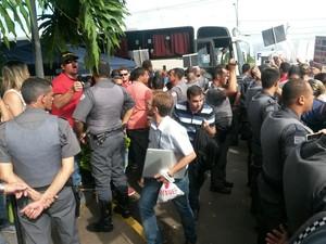 Funcionários dizem que foram hostilizados (Foto: Jonatan Morel/TV Vanguarda)
