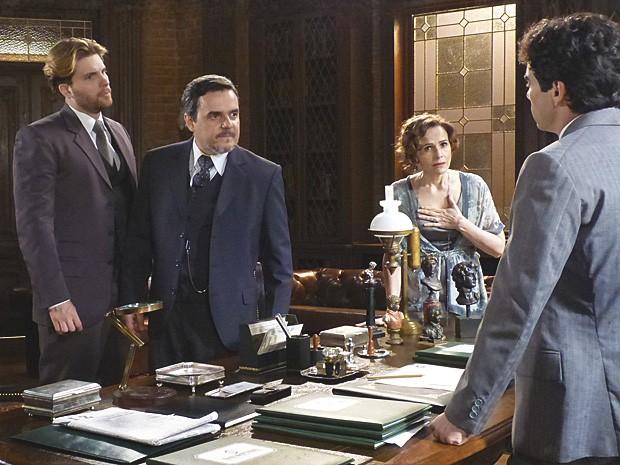 Margarida pede que Fernando devolva ações e evite escândalo (Foto: Lado a Lado / TV Globo)