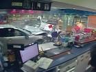 Carro invade loja na Austrália, e mulher escapa por pouco