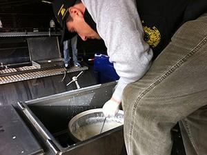 Amostra de leite recolhida no RS, operação Leite Compensado (Foto: Felipe Truda/G1)