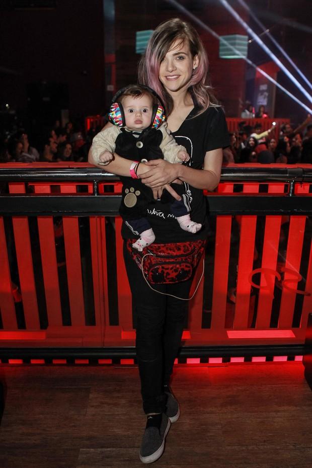 Karen Jonz e a filha Sky (Foto: Raphael Castello/AgNews)