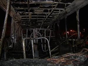 Ônibus ficou destruído, em Goiânia, Goiás (Foto: Reprodução/ TV Anhanguera)