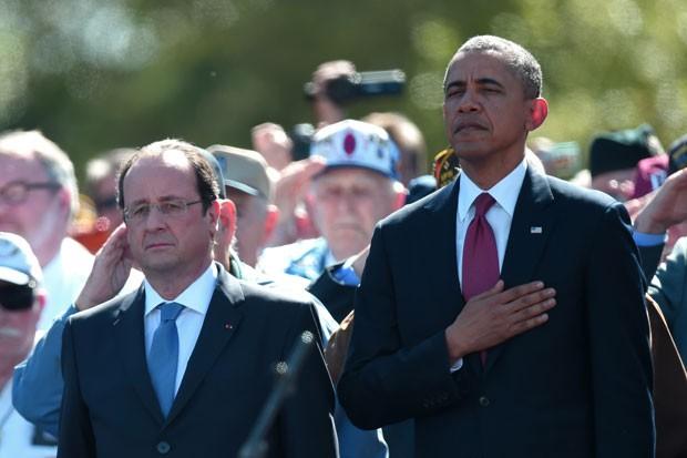 O presidente da França, François Hollande, e o presidente dos EUA, Barack Obama, são vistos durante cerimônia de homenagem às vítimas do desembarque na Normandia nesta sexta-feira (6) (Foto: Damien Meyer/AFP)