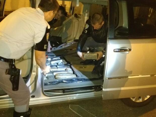 Droga estava escondida no fundo falso do veículo (Foto: Polícia Rodoviária/Divulgação)