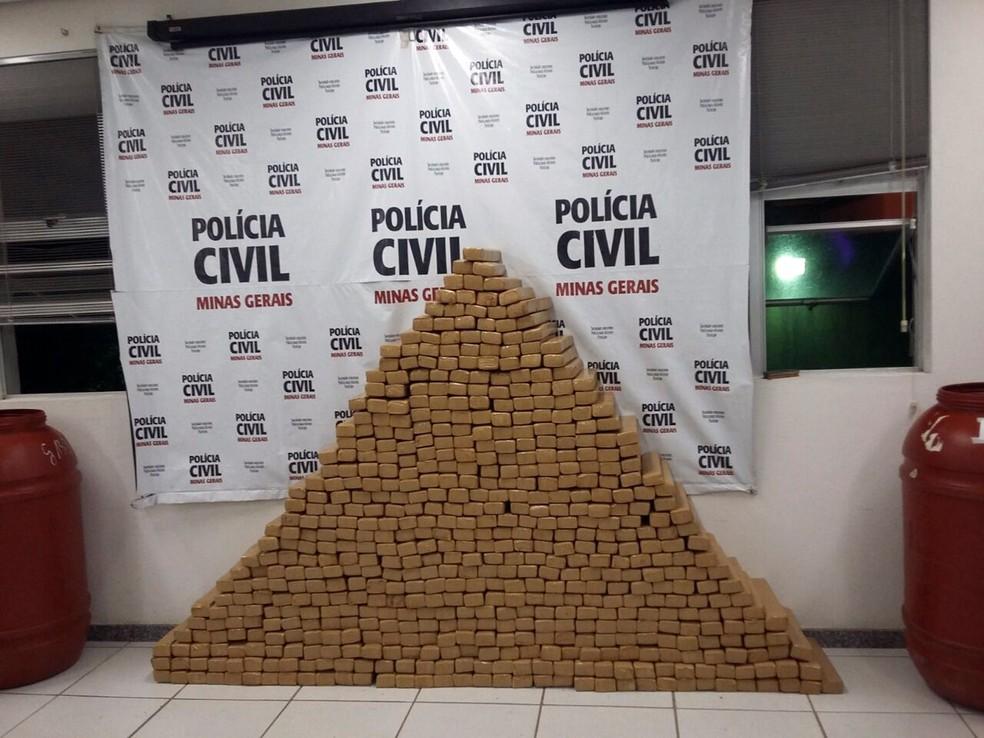 Mais de meia tonelada de maconha tava escondida em porão de sítio em Alfenas, MG (Foto: Polícia Civil)