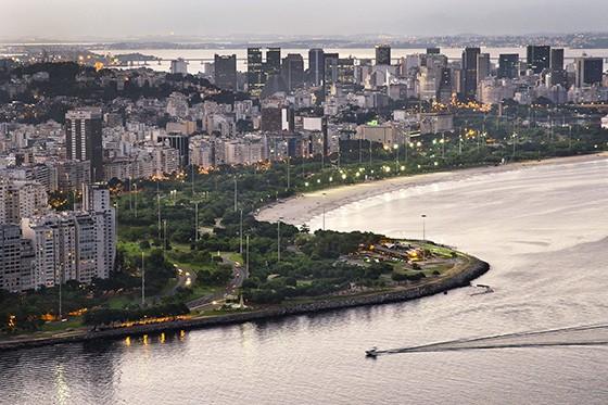 Vista da Praia do Flamengo, banhada pela Baía de Guanabara, e do Centro do Rio de Janeiro (Foto: © Haroldo Castro/ÉPOCA)