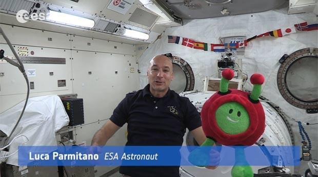 Agência Espacial Europeia divulga vídeo de astronauta Luca Parmitano apresentando o mascote Praxi (Foto: Cortesia/Agência Espacial Europeia (ESA))