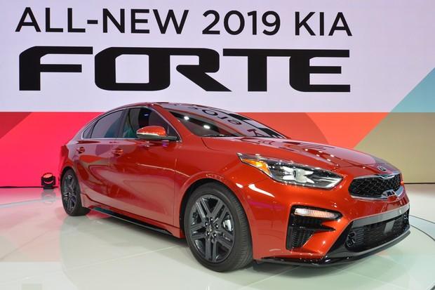 Conhecido no mercado brasileiro como Cerato, o novo Kia Forte foi apresentado no Salão de Detroit 2018 (Foto: Newspress)