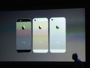 O novo iPhone 5S, nas cores prateado, preto e dourado, foi apresentado em evento na sede da Apple. (Foto: Justin Sullivan/France Presse)