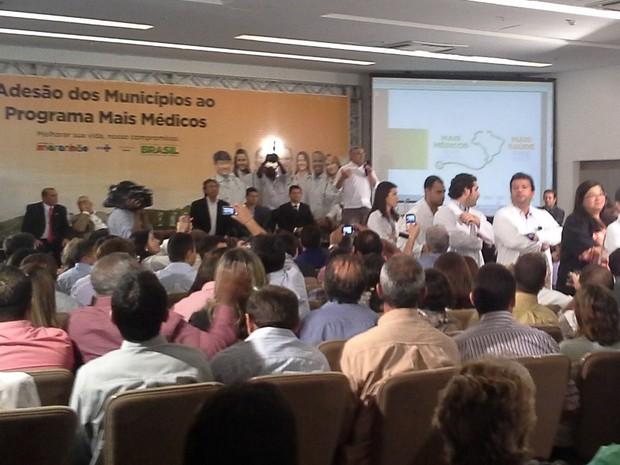 Como forma de protesto, grupo de médicos ficou de costa para ministro Alexandre Padilha (Foto: João Ricardo/G1 Maranhão)
