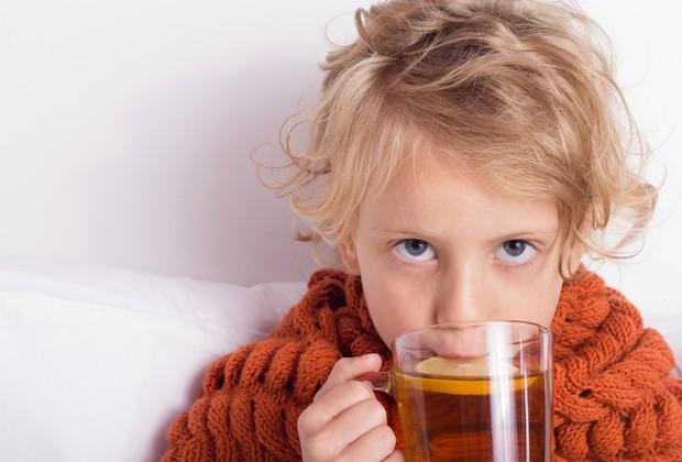 Menino tomando chá (Foto: Thinkstock)