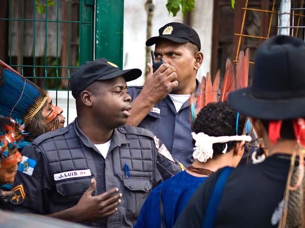 Antigo Museu do Índio volta a ser ocupado no Maracanã, Rio. Polícia Militar negocia saída de manifestantes do prédio. (Foto: Reynaldo Vasconcelos/Futura Press/Estadão Conteúdo)