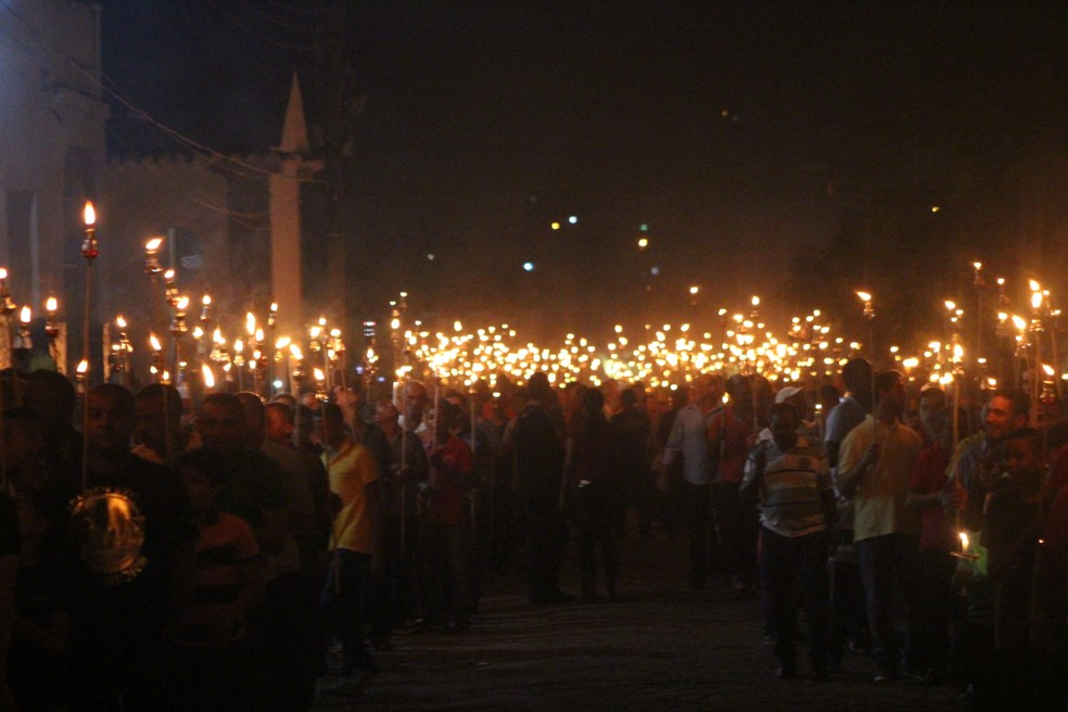 Homens saíram em cortejo luminoso pelo Centro Histórico de Oeiras (Foto: Ellyo Teixeira/G1 PI)