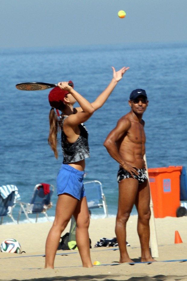 Letícia Wiermann tendo aula de tênis de praia em Ipanema (Foto: J.Humberto / AgNews)