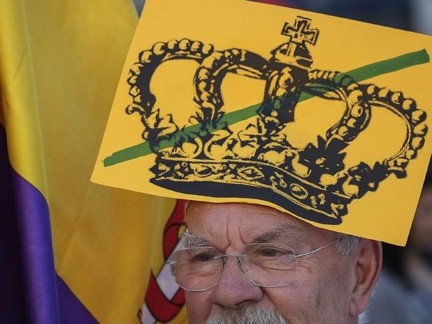 Manifestante contra a monarquia na Espanha protesta em Madri neste sábado (7) (Foto: AFP / Pedro Armestre)
