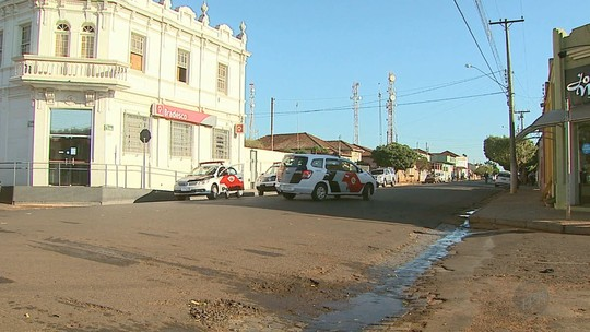 Gerente e vigia de banco são feitos reféns em assalto no distrito de Pitangueiras, SP