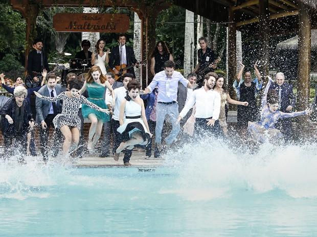 Os convidados se animam e se jogam na piscina durante o show dos noivos (Foto: Raphael Dias/ Gshow)