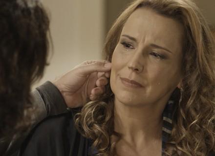 Bernardo consola Emília após telefonema inesperado