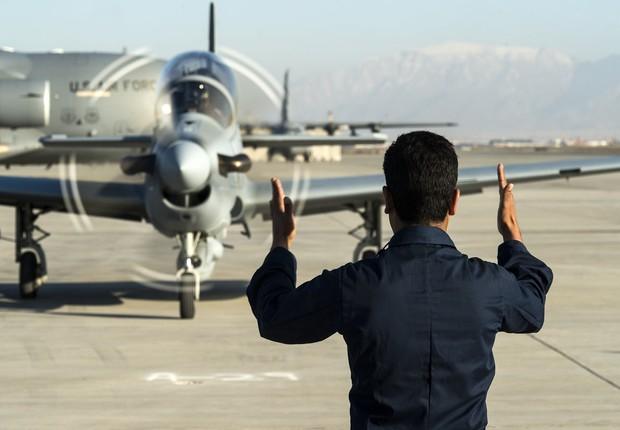 Avião a-29 Super Tucano, produzido pela Embraer, em base aérea do Afeganistão (Foto: Sgt. Nathan Lipscomb/U.S. Air Force)