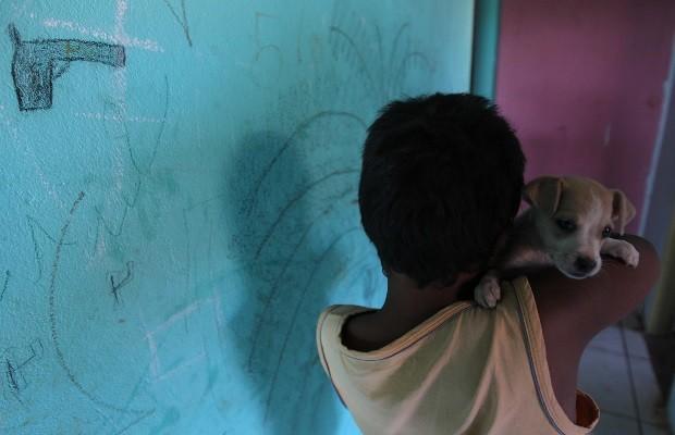 Menino de 9 anos é jurado por traficantes e tem 20 passagens na polícia, em Goiânia, Goiás (Foto: Cristina Cabral/O Popular)