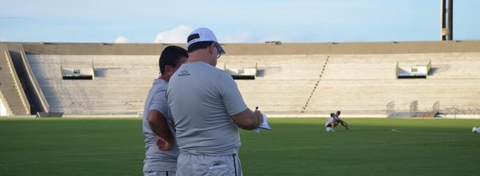 Marcelo Vilar, treinador do  Botafogo-PB faz anotações em sua prancheta  (Foto: Lucas Barros / GloboEsporte.com/pb)
