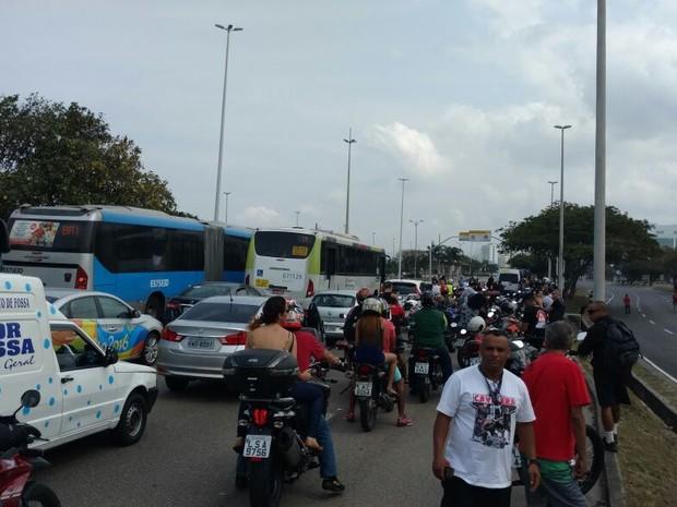 Avenida das Américas é interditada na manhã de domingo (7) (Foto: Rodrigo Gorosito/G1)
