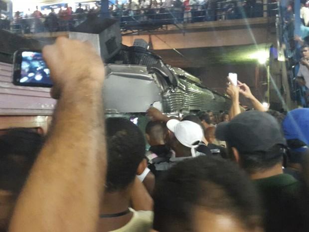 Curiosos tiram fotos do acidente com celulares (Foto: Thiago Portela/Arquivo Pessoal)