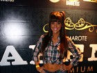 Com look sensual, Carol Dias curte evento sertanejo
