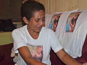 Entre lágrimas, a mãe conta que não tem esperança de encontrar a filha com vida (Foto: Iryá Rodrigues/G1)