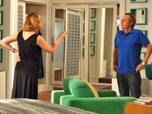 Revoltada, Sônia cobra satisfações do marido (Foto: Cheias de Charme / TV Globo)